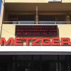 Was treibt dieser kommunikative #Metzger erst, wenn er #Twitter entdeckt? Gesehen in #würzburg #oomentour2015 (oomenberlin) Tags: was er gesehen wenn metzger würzburg dieser erst entdeckt twitter treibt kommunikative oomentour2015 oomenberlin