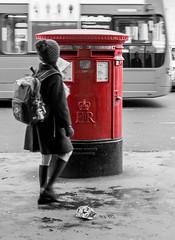 Strange girl (Sisqu Tena) Tags: noia bústia correu london londres mail desaturated vermell street carrer blancinegre fuji xt2
