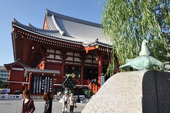 Senso-ji Temple (Thorsten Reiprich) Tags: city summer people urban travelling sunshine japan asia day capital religion buddhism   asakusa spiritual kanto  kannon tokio honshu