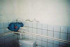 (埃德溫 ourutopia) Tags: film fuji fujifilm fujicolor 400 業務用 記録用フィルム 記録用カラーフィルム yashica t2 t3 t4 t5 filmphotography analog analogphotography toilet bathroom wall tshirt mrsneeze フィルム