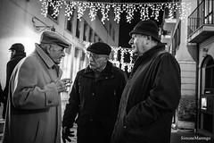 Vecchie conoscenze (Simone.Marengo) Tags: old man chiacchiera sigaretta smoke natale christmas coppola amici friends black white bianco e nero cappotto street strada