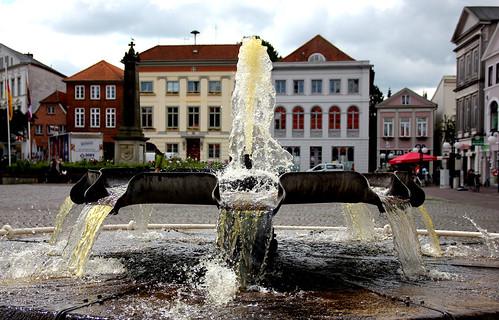 """Brunnen mit eingefrorenen Tropfen • <a style=""""font-size:0.8em;"""" href=""""http://www.flickr.com/photos/91404501@N08/19006601763/"""" target=""""_blank"""">View on Flickr</a>"""