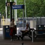 Man praat met jongen op station thumbnail