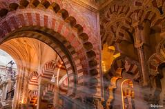 Interior de Mezquita-Catedral de Córdoba (Roferfrann) Tags: córdoba mezquita catedral luces luz arcos omeya arte rojo naranja medieval mosque lights light art red orange flickrunitedaward
