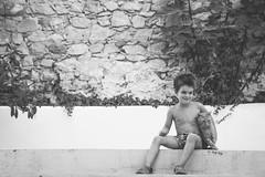 el pequeño animalista (Rosa Belarte) Tags: niño gato animal juegos verano aire libre felicidad