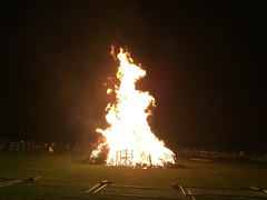 Chorley, United Kingdom (Shaun Smith-Milne) Tags: 5november guyfawkesnight unitedkingdom england bonfirenight bonfire fire crowd railings grass park angleterre astleypark parc herbe balustrade gens foule feu royaumeuni lancashire chorley
