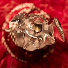Parfum Bijoux (photosreggar) Tags: parfum joyaux bijoux rouge noir noiretblanc intérieur studio noflash