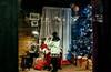 Es🎅s mágic🎅s moment🎅s de la niñez... (Leo ☮) Tags: papánoel santaclaus sannicolás nicolásdebari navidad christmas diciembre niña infancia ilusión madera luz color regalos sueños acoruña galicia