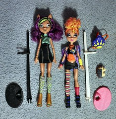Img_4805 (GreenWorldMiniatures) Tags: monsterhigh mh werewolfsisters wolfsisters sisters pack clawdeen howleen cushion