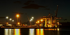 Carga y descarga (f@gra) Tags: marin galicia spain sony landscape paisaje night nocturna nocturne puerto port barco ship pontevedra riadepontevedra loading unloading
