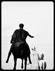 Aspettami! (Colombaie) Tags: roma campidoglio prospettiva dioscuri castore polluce sculture statue terme costantino scalinata michelangelo romane statua marcaurelio copia piazza cielo pareidolia ritratto uomo uomini maschio romani dischiena acavallo cavalieri