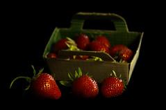 Fraises (Estl C.) Tags: red macro nature fruit garden de rouge strawberry champs jardin nourriture fraise intrieur profondeur