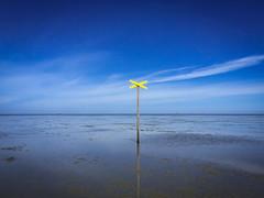 Watt bei Cuxhaven (Andre Strauss) Tags: canon eos licht sand meer wasser sommer urlaub himmel wolken gelb blau holz ti sonne nordsee spiegelung watt horizont schiffe leuchtturm schlamm 550 cuxhaven seezeichen