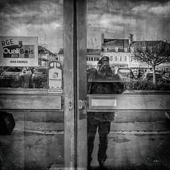 Ça gaze !!! (Des.Nam) Tags: nb noiretblanc nordpasdecalais noir noirblanc bw blackwhite monochrome mono montreuilsurmer desnam fuji fujinon fujixpro2 pasdecalais reflet reflexion selfie autoportrait vitrine portrait carré street square streetphotographie