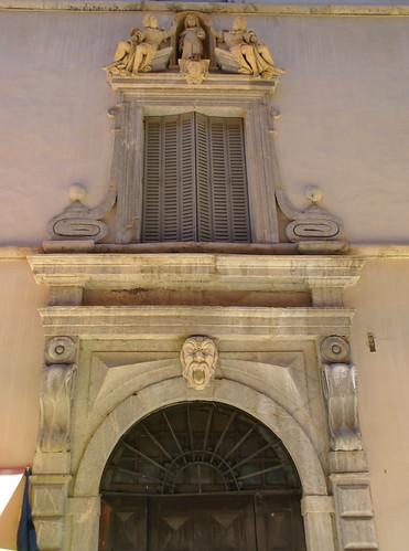 Briançon ( Hautes-Alpes )-dans la Vieille Ville,rue de la Grande-Gargouille,Portail de la maison Jean Prat