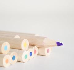 """""""eu é que sei!"""" (Carla Robalo Martins) Tags: branco white color cores lápis pencils estúdio studio diferente different"""