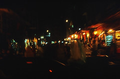 Ägypten 1999 (677) Kairo: Chan el-Chalili (Rüdiger Stehn) Tags: nachtaufnahme القاهرة kairo alqāhira unterägypten nordägypten bauwerk afrika ägypten egypt nordafrika 1999 winter urlaub dia analogfilm scan slide 1990er 1990s diapositivfilm analog kbfilm kleinbild canoscan8800f canoneos500n 35mm stadt strase misr مصر reise reisefoto gebäude profanbau leute menschen basar bazar markt suq soq souk suk sook soukh souq altstadt altkairo