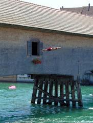 Nur Fliegen ist schöner (frankhurkuck) Tags: gailingen rhein hochrhein rheinbrücke brücke bridge deutschland schweiz germany switzerland bodensee diessenhofen brückenspringer holzbrücke baden schwimmen flus river wasser water zoll zollbrücke grenze