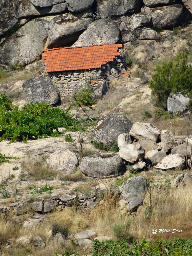 Águas Frias (Chaves) - ...refúgio entre as rochas ...