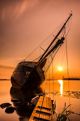 Abandoned ghost ship Lemmer (Peter Gol) Tags: longexposure sunset sun sunlight lake abandoned water ship yacht thenetherlands shore nd sunrays friesland ijsselmeer rijkswaterstaat lemmer ghostship sunglow ndfilter neutraldensityfilter neutraldensity 1585 tweemaster nd110 canoneos60d efs1585 ijsselmeerkust defryskemarren bumagemaal