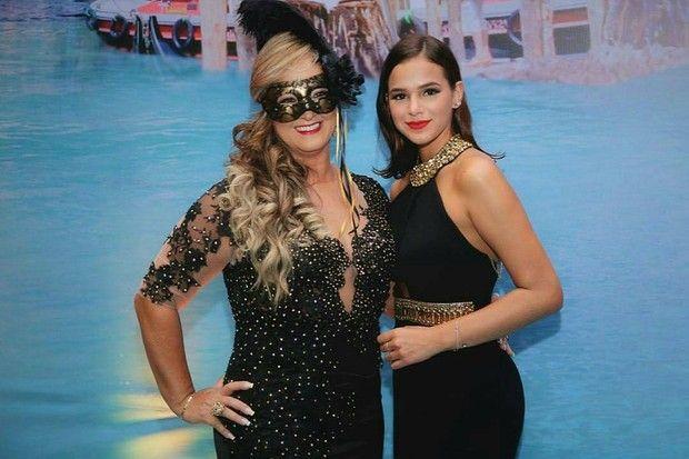 Bruna Marquezine se diverte ao lado de Carol Dantas em festa de aniversário da mãe de Neymar