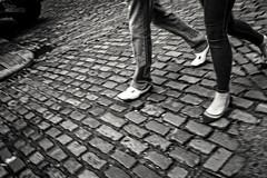(...) (ángel mateo) Tags: ángelmartínmateo ángelmateo irlanda dublín dublin ireland eire erin irish ♣ calle urbano empedrado pasos caminando pareja pavés zapatos street urban cobbled steps walking couple paved shoes