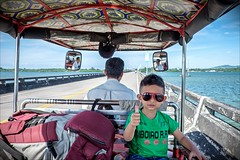 Thumbs up (Heinrich Plum) Tags: heinrichplum plum fuji xe2 xf1855mm kambodscha cambodia tuktuk tuk child kind boy junge daumenhoch thumbsup sonnenbrille sunglass brücke bridge spiegel spiegelung mirror
