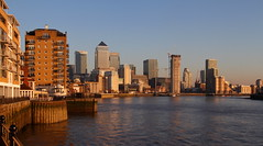Canary Wharf, golden hour (Olivier Monbaillu) Tags: monbaillu canon eos7d goldenhour heuredorée thames tamise onecanadasquare canarywharf isleofdogs londres london angleterre england grandebretagne greatbritain royaumeuni unitedkingdom