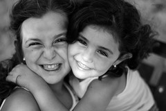 Retrato de Paola y Marta (jlmoro) Tags: blancoynegro 50mm nikon gente hermanos abrazo hermanas primerplano monocromtico fotodegrupo planodetalle moroq d5200