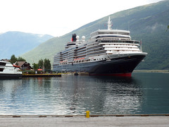 The Queen Elizabeth Moored in Flåm (3) (Phil Masters) Tags: 25thjuly july2016 norwayholiday norway flåm flam sognefjord sognefjorden thesognefjord thesognefjorden shipsandboats queenelizabeth cruiseliner
