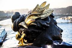 TURN TO ME (Rober1000x) Tags: senna sena river francia france paris bridge 2016 2017 winter bronze bronce sculpture woman gold