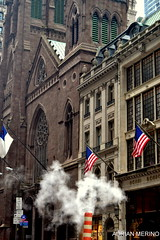 Tpica escena neoyorkina (binladiya) Tags: street city summer newyork hot church calle unitedstates manhattan flag smoke iglesia ciudad steam bandera verano humo vapor calor estadosunidos nuevayork
