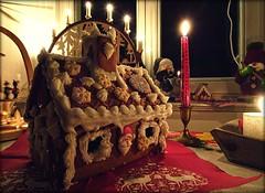 Santas Big Gingerbread House (Andr-DD) Tags: weihnachten christmasweihnachtsschmuckchristmasdecoration christmasdecorations pfefferkuchenhaus haus pfefferkuchen kerze kerzen candle gingerbread gingerbreadhouse santa claus weihnachtsmann schwibbogen candles ruchermann smokingman pyramide pyramid flyingbuttress