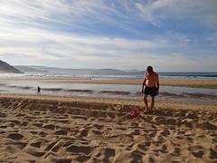 Un bañista  encontró a Leoncia.  Leonie and the bather. (Caty V. mazarias antoranz) Tags: xove lugo galicia spain españa nortedeespaña cantábrico leonciayelturista bañista desnudo horadelbaño leonieandbather thebather beachtourism turismoplayero enbañador