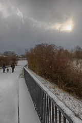 Spaziergang im Schneeschauer (jmwill2005) Tags: person personen hund gruppe spaziergang wanderung schnee schneeschauer brücke geländer weg strasse winter herrenberg gültstein ammertal ammer mann frau sonne busch hdr