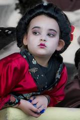 D3414-Aburrido carnaval (II) (Eduardo Arias Rábanos) Tags: robados candids carnaval carnival niños children eduardoarias eduardoariasrábanos panasonic lumix g6 astorga piñata disfraz costume maquillaje makeup cara rostro face aburrimiento ennuie bore boredom niña girl geisha geishagirl