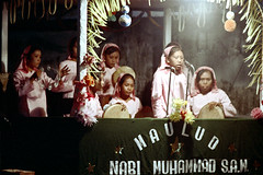 25-391 (ndpa / s. lundeen, archivist) Tags: birthday people bali color film 35mm indonesia saw women singing muslim islam nick microphones celebration 25 southpacific singer singers microphone muslims 1970s tambourine 1972 indonesian muhammad denpasar nabi balinese dewolf oceania pacificislands maulud tambourines nickdewolf photographbynickdewolf maulid reel25 maulidnabimuhammad