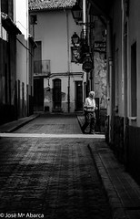 con prisas (chejoma) Tags: street blackandwhite man blancoynegro shirt contrast de se calle noiretblanc cara uomo camicia e contraste intersection rua hurry rue bianco nero pretoebranco hombre calles cruce homme camisa chemise fretta contrasto prisa intersezione contraster interseo contrastar dpcher apressar