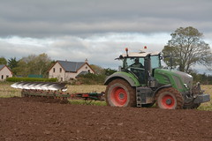 Fendt 824 Vario Tractor with a Kverneland 7 Furrow Plough (Shane Casey CK25) Tags: fendt 828 tractor kverneland 7 furrow plough green agco east cork ploughing turn sod turnsod turningsod turning sow sowing set setting tillage till tilling plant planting crop crops cereal cereals county ireland irish farm farmer farming agri agriculture contractor field ground soil dirt earth dust work working horse power horsepower hp pull pulling machine machinery nikon d7100 traktor tracteur traktori trekker trator ciągnik