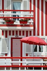 120 (Carlos Arriero) Tags: costanova portugal 120 carlosarriero rojo blanco rojoyblanco casa house nikon d800e tamron 2470mm composición composition sombrilla architecture arquitectura colors colores colours aveiro líneas lines