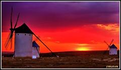 El cielo, presumiendo de encanto...Criptana. (Jose Roldan Garcia) Tags: colores cielo criptana cervantes contraluz atardecer aire atmósfera luz libre laguna literatura sol nubes molinos libertad mirada quijote