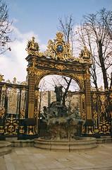 Fountain - Place Stanislas (Dlirante bestiole [la posie des goupils]) Tags: christmas france gold or nancy nol lorraine foutain goldy dor placestanislas