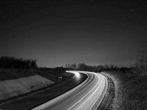 האוטוסטרדה מוארת בלילה