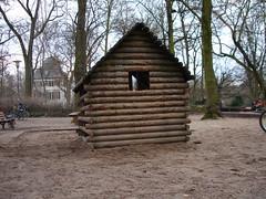 Kleine Hütte im Holzhausenpark als Beispiel für Miniarchitektur
