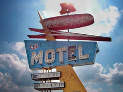MOT L (k.james) Tags: sky sign typography hotel nebraska neon angles motel retro signage type arrows fadedsign hotelmotel retrosign