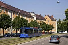 Eine knappe Viertelstunde später rückt auch der R2-Wagen 2164 aus (Frederik Buchleitner) Tags: museum munich münchen tram shuttle streetcar redesign mvg trambahn 2164 linie17 fmtm linie7 strasenbahn mvgmuseum museumslinie r2wagen freundedesmünchnertrambahnmuseums