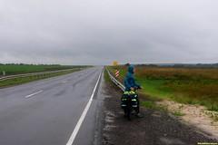 Легкая, жесткая рама, накатистый вилсет XTR - Денис с легкостью укатил от меня, ждет и любуется на непогоду.