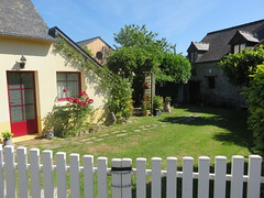 Bretagne. Feins. House by the lake (Traveling with Simone) Tags: roses house town brittany village outdoor cottage eu bretagne reddoor canonpowershot feins