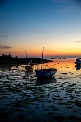 les deux bâteaux (fubu.flemm) Tags: mer france boat brittany bretagne côte soir crépuscule coucherdesoleil basse marée maréebasse argenton bâteaux borddemer