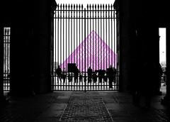 pink_louvre. (AnnH:Fotografie) Tags: louvre paris pink schwarz weis menschen gitter museum pyramide glas besucher nikon 610
